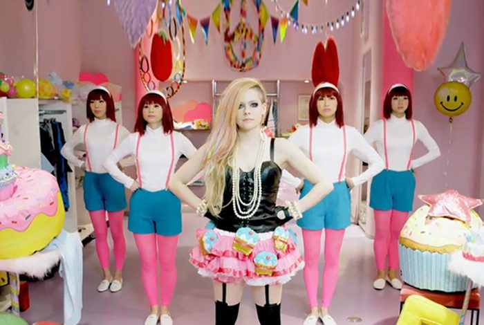 Avril bombardıman altında