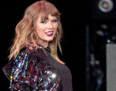 Biri Taylor'ı gözetliyor!